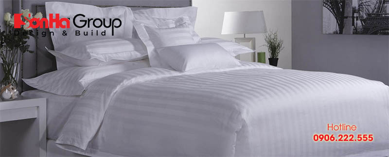 Bạn có thể chọn mẫu ga giường khách sạn màu trắng trơn, trắng kẻ sọc và trắng kẻ ô vuông