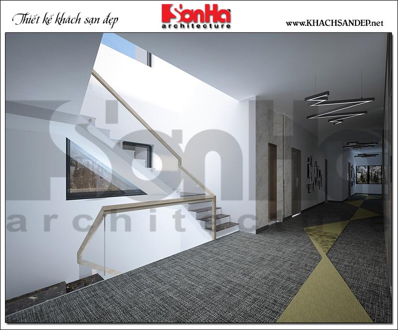 Không gian sảnh thang khách sạn thiết kế rộng rãi, ánh sáng hài hòa